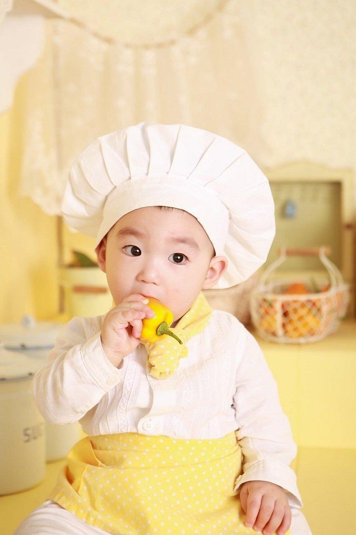 Cho trẻ tham gia nấu ăn cũng giúp trẻ biết thêm một số khái niệm toán học.