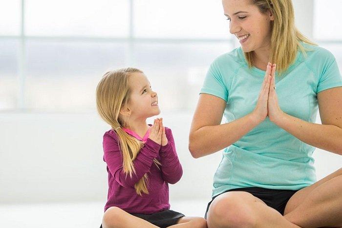 bé gái và mẹ ngồi trên sàn, phat trien ngon ngu
