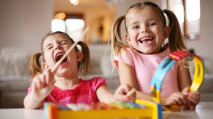 bé gái cười đùa với bạn, phát triển ngôn ngữ