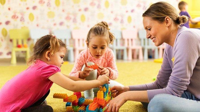 hai bé gái chơi xếp hình cùng mẹ, phát treiern ngôn ngữ