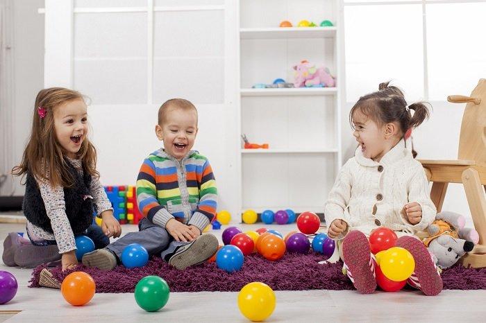 bé chơi quả bóng nhiều màu với các bạn, phát triển ngôn ngữ
