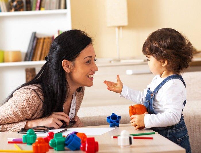 mẹ và bé trò chuyện vui vẻ trong nhà