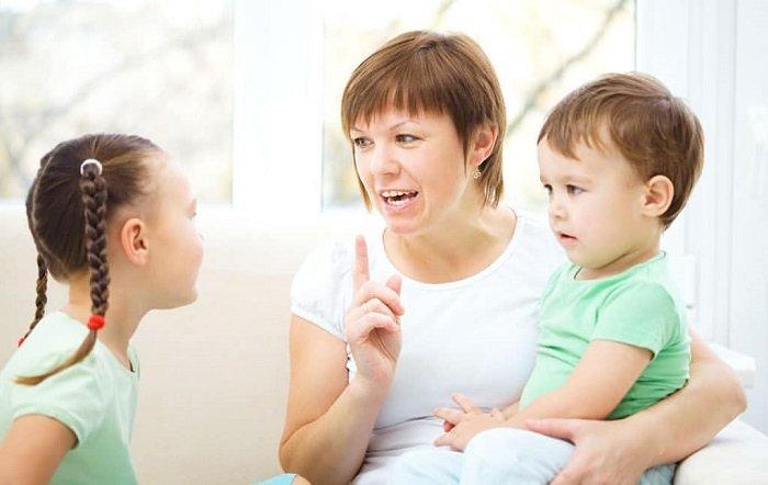 mẹ  trò chuyện và dặn dò con nhỏ