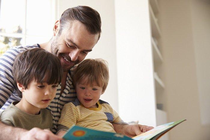 bố đọc sách cho hai con bên cửa sổ