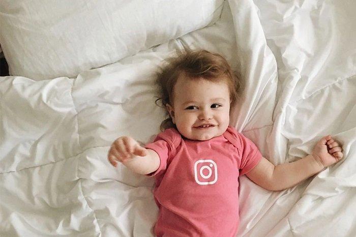 trẻ nhỏ nằm trên giường, phát triển ngôn ngữ