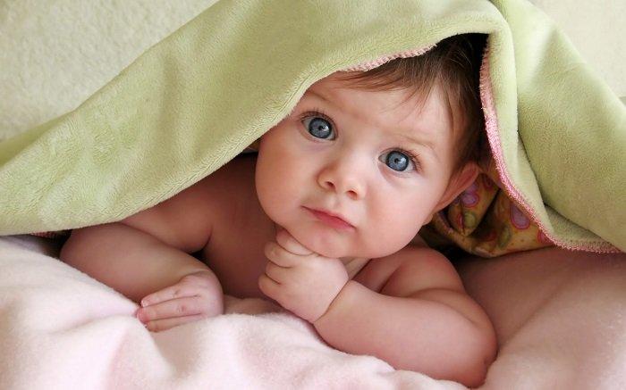 bé sơ sinh nằm sấp trên giường, phát triển ngôn ngữ