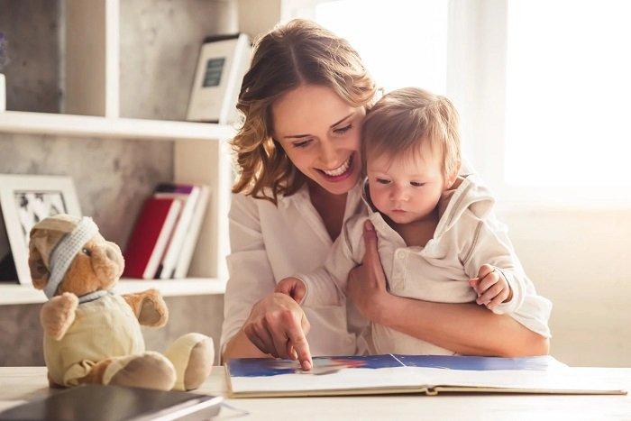 mẹ cùng bé đọc sách bên bàn học, phát triển ngôn ngữ