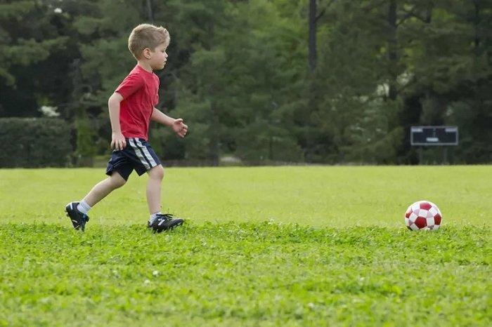 trẻ chơi bóng đá