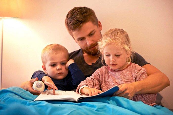 bố đọc sách cho 2 con trước giờ đi ngủ, phát triển ngôn ngữ