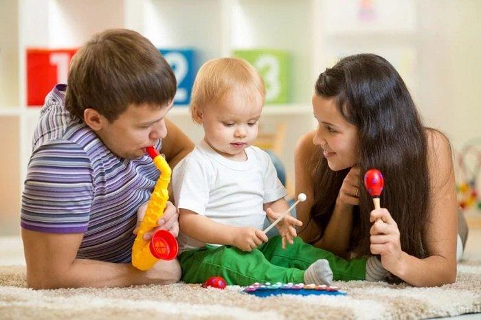 bố mẹ chơi cùng con trai trên sàn nhà, phát triển ngôn ngữ