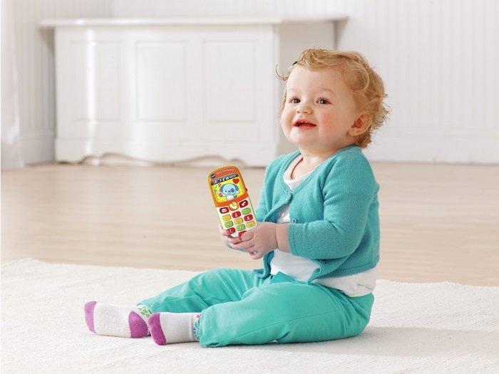bé gái dùng điện thoại đồ chơi, phát triển ngôn ngữ