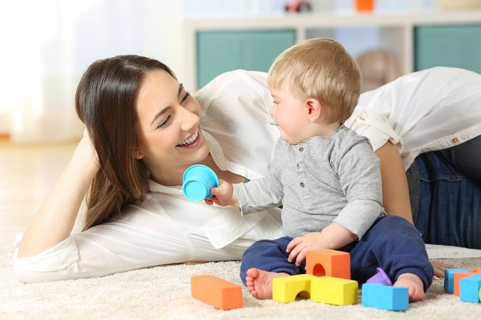 mẹ trò chuyện với bé trai, phát triển ngôn ngữ