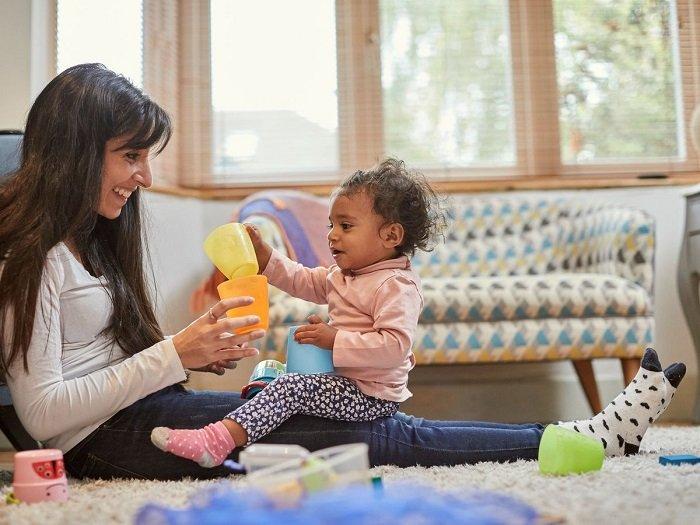 mẹ chơi cùng bé gái trên sàn nhà, phát triển ngôn ngữ