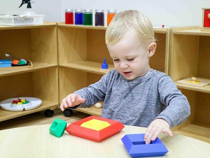 Phương pháp giáo dục sớm Montessori giúp trẻ phát triển tốt hơn về nhiều mặt.