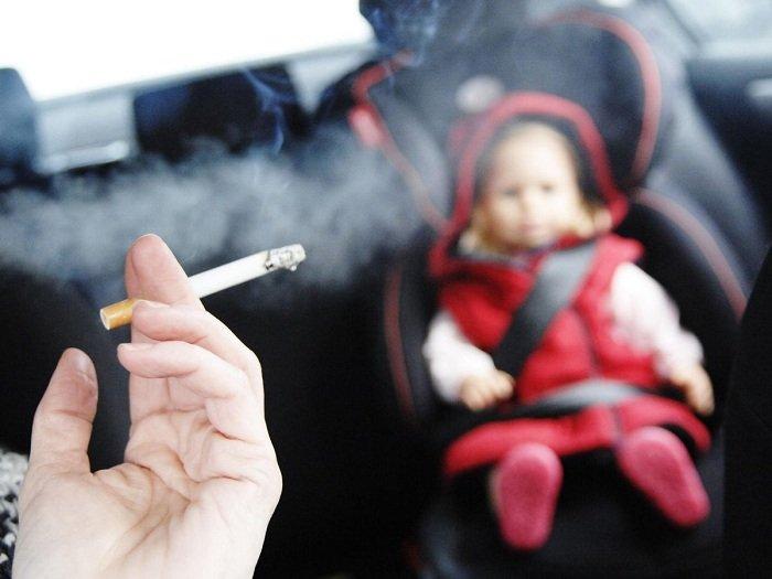 trẻ hít phải khói thuốc lá