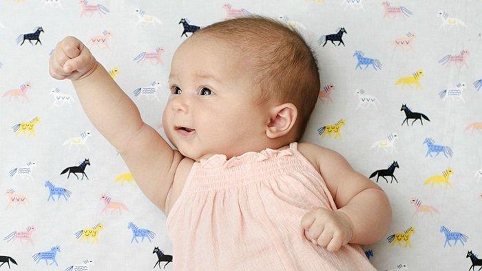 Nhận thức của bé 2 tháng tuổi rất khác so với giai đoạn trước.