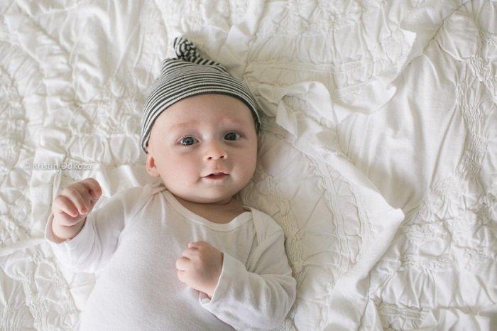 Bố mẹ nên nói chuyện nhiều để thúc đẩy sự phát triển nhận thức của bé 3 tháng tuổi
