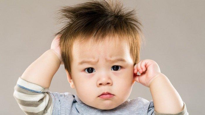 bé trai gặp vấn đề về nghe hiểu