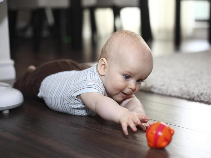 Khả năng nhận thức của bé 4 tháng tuổi phát triển khiến bé thích khám phá mọi thứ trong tầm với của mình.