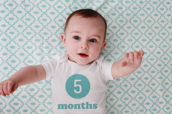 Khả năng nhận thức của bé 5 tháng tuổi sẽ khiến bố mẹ bất ngờ.