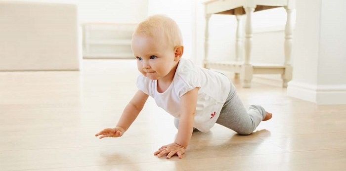 Khả năng nhận thức của bé 6 tháng tuổi phát triển giúp bé biết được người quen và người lạ.
