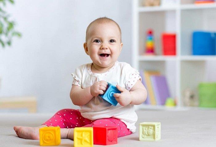 Để thúc đẩy khả năng nhận thức của bé 7 tháng tuổi, bố mẹ nên cho bé chơi đa dạng các loại đồ chơi và cho bé ra ngoài nhiều hơn.