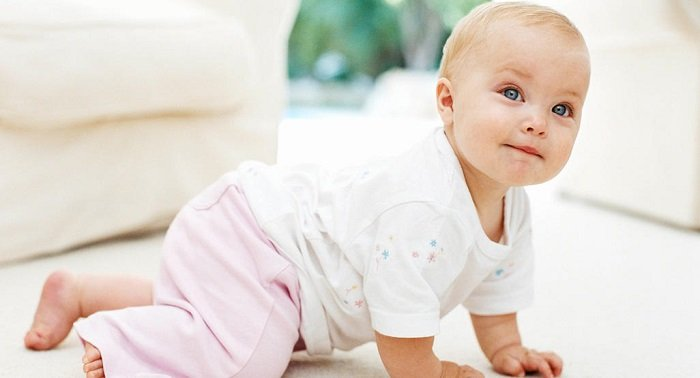 Bố mẹ nên để ý đến những dấu mốc phát triển của bé 10 tháng tuổi.
