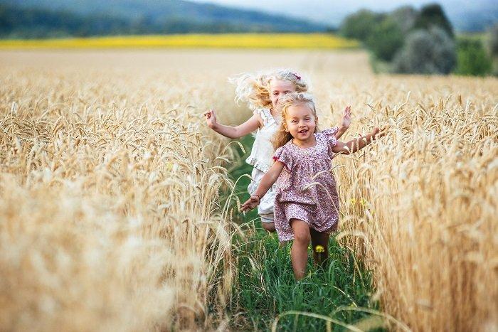 bé gái chạy nhảy trên đồng, trẻ yêu bố mẹ