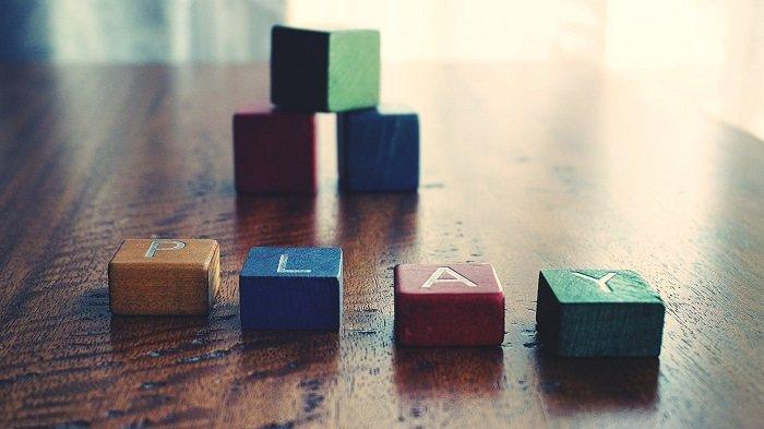 Chơi xếp tháp giúp bé hiểu thêm về luật nhân quả, từ đó nâng cao nhận thức