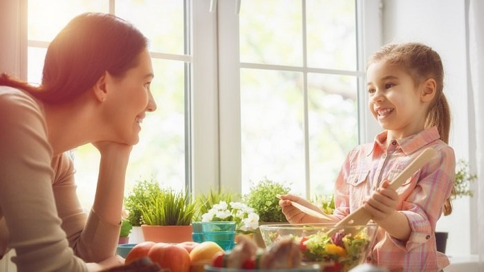 mẹ trò chuyện với bé gái bên cửa sổ, mở rộng vốn từ vựng