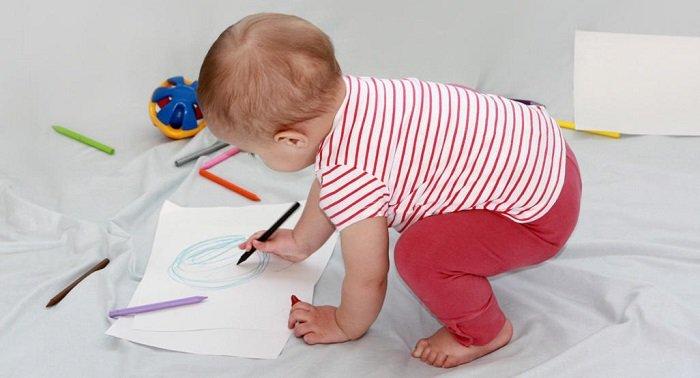 Để tăng cường khả năng nhận thức của bé 11-12 tháng tuổi, bố mẹ nên thay đổi không gian chơi cho bé mỗi ngày.