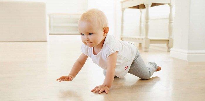 Bố mẹ hãy luôn bên bé và giúp bé phát triển khả năng nhận thức của bé 11-12 tháng tuổi.