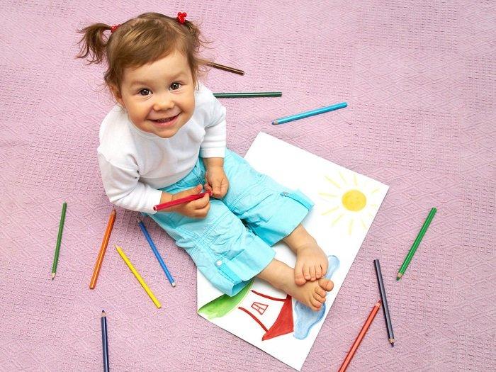 bé gái vẽ tranh, trẻ nói quá nhiều