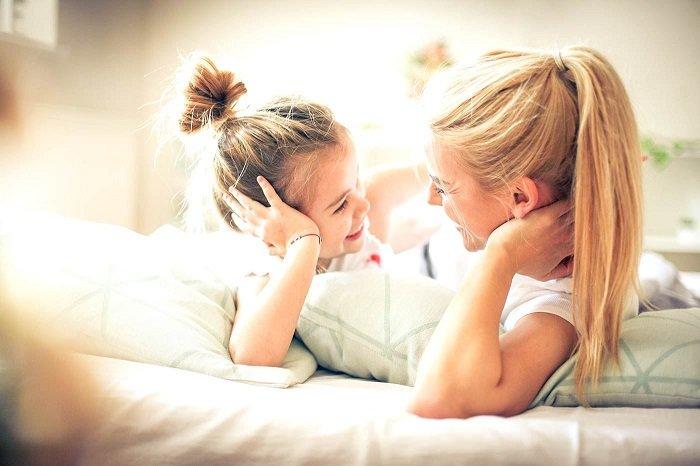 bé trò chuyện với mẹ trên giường, trẻ nói quá nhiều