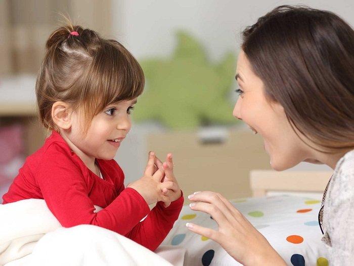 mẹ trò chuyện với bé gái, trẻ nói lắp
