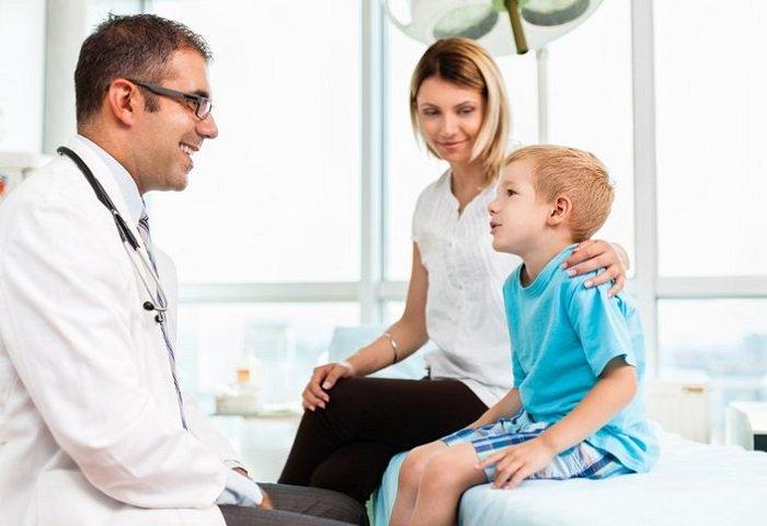 mẹ đưa bé đi khám bác sĩ, Tre Bi Roi Loan Giao Tiep 1