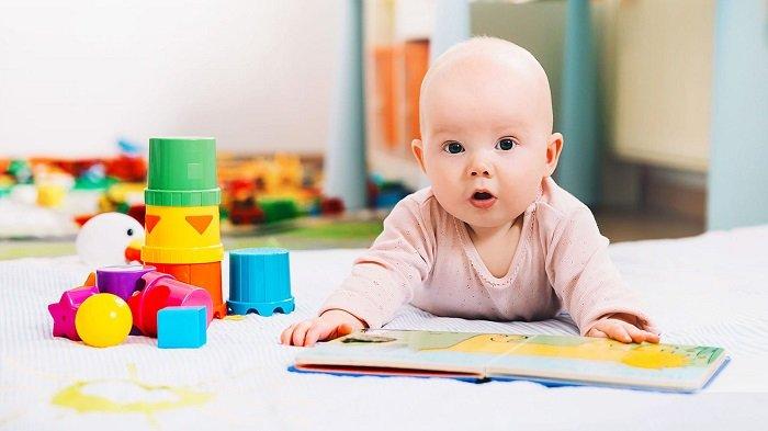 bé sơ sinh nằm bên cuốn sách, kỹ năng đọc
