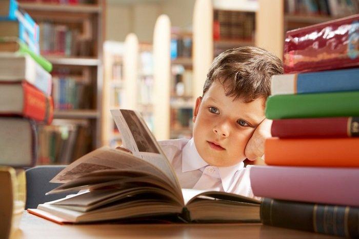 bé trai đọc sách, trẻ gặp vấn đề về kỹ năng đọc