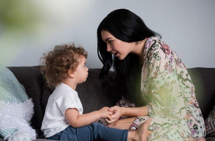 mẹ trò chuyện với bé trai, trẻ tập nói