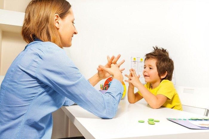 mẹ trò chuyện với bé trai, ngôn ngữ ký hiệu, trẻ tập nói