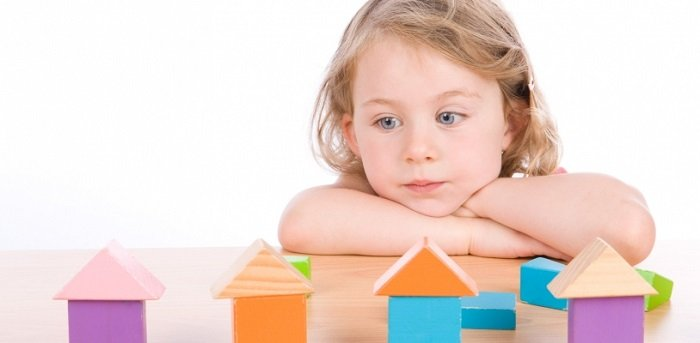 Trẻ nữ bị bệnh tự kỷ thường ít các hành vi bất thường lặp đi lăp lại hơn trẻ nam.
