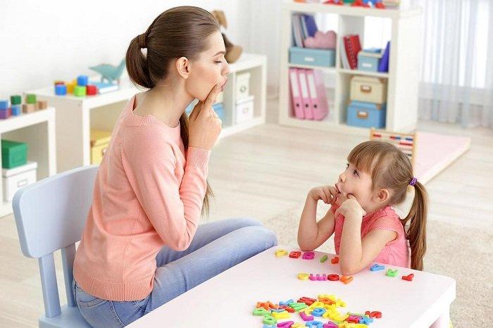 mẹ chơi cùng bé gái, chứng mất điều khiển lời nói chủ ý