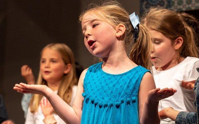 Việc tham gia học tập cùng các trẻ bình thường dạy cho trẻ tự kỷ nhiều kỹ năng mới.