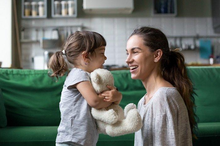 mẹ trò chuyện với con gái, dạy trẻ học ngoại ngữ
