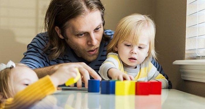 bố chơi đồ chơi cùng con gái, phát triển kỹ năng ngôn ngữ