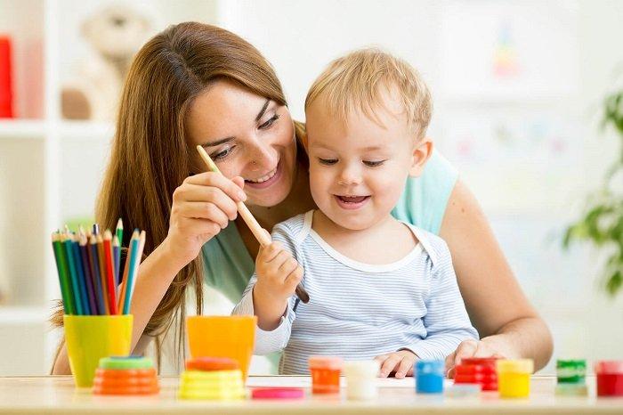 mẹ chơi đồ chơi cùng con trai, phát triển kỹ năng ngôn ngữ