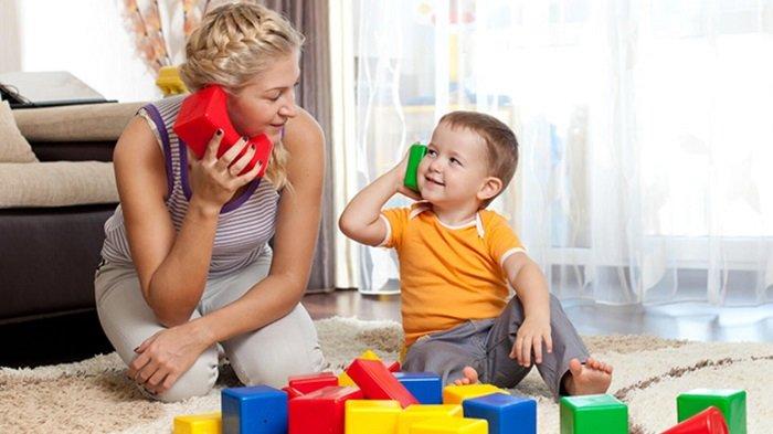 mẹ nói chuyện điện thoại đồ chơi với bé, phát triển kỹ năng ngôn ngữ
