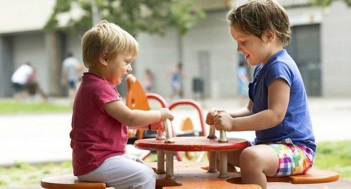 Ở giai đoạn này trẻ dần hiểu khái niệm chia sẻ với mọi người xung quanh.