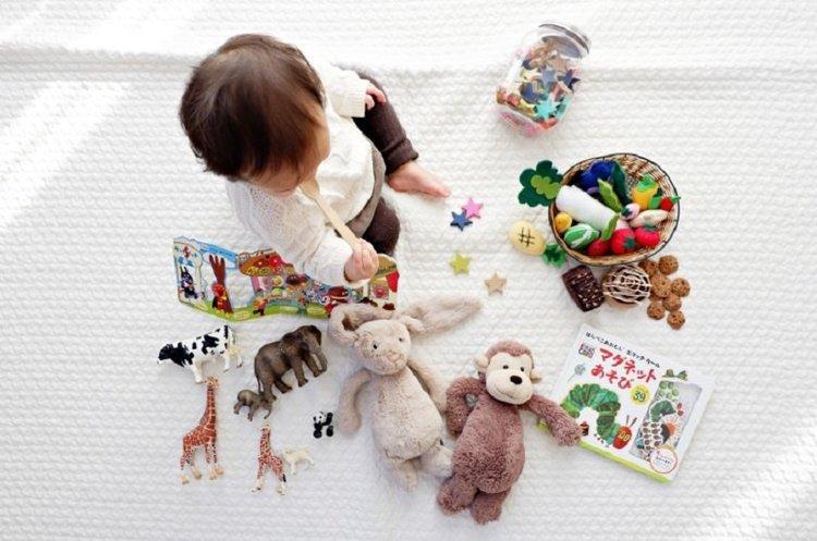 Thay vì để bé tiếp xúc với điện thoại, bố mẹ hãy cho bé tham gia nhiều hoạt động vui chơi lành mạnh hơn