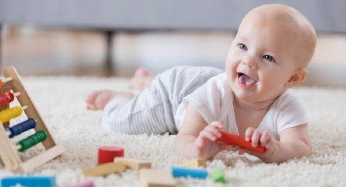 Mức độ vận động của bé phát triển giúp bé có thể trườn về phía trước.
